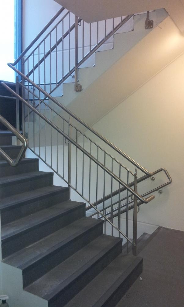 Barandillas y pasamanos latest barandilla acristalada for Pasamanos escalera interior